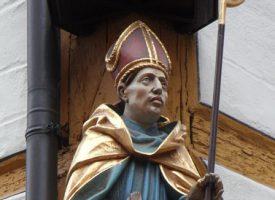 Symbolika biskupich insygniów – co oznaczają atrybuty biskupa?