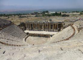 Opisz krótko, jak wyglądał teatr w starożytnej Grecji.