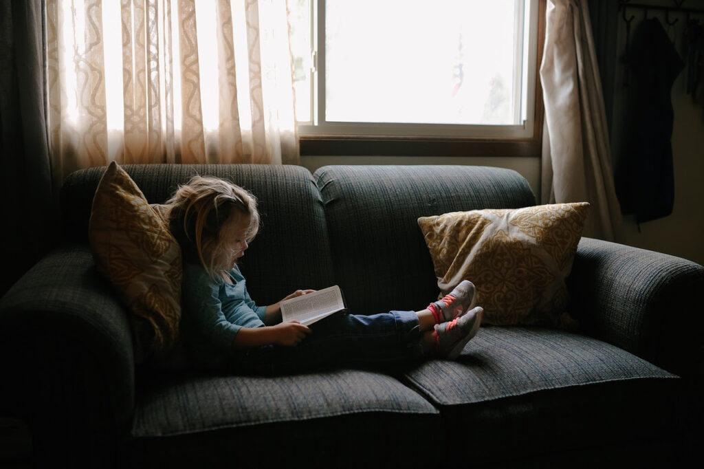 dziecko, dziewczynka z książką